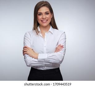 Junge glückliche Frau, die sich mit gekreuzten Armen posiert. Einzelporträt