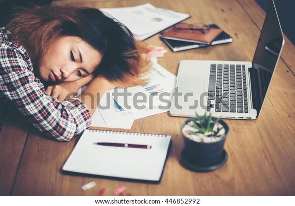年轻的时髦女人厌倦了工作和午睡的工作场所。