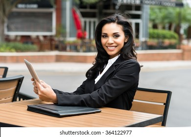 Young Hispanic businesswoman in her twenties outdoors working