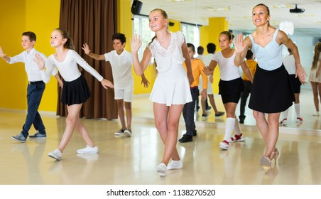 Young kids are dancing twist in class.
