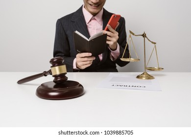 Young lawyers are studying contract documents. To provide legal advice on criminal allegations. To help customers get the doubt.