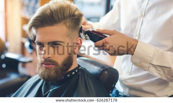 Jugendlicher in Barbershop Hair Care Service Konzept