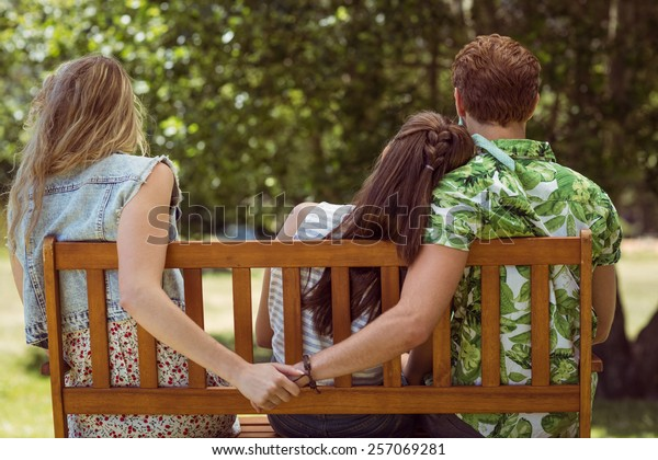 Junge Mann, der an einem Sommertag die Hand eines falschen Mädchens hält