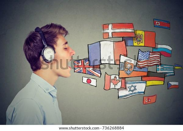 Jonge man die verschillende talen leert