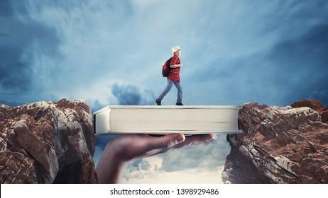 Un joven pasa de un pico a otro en un libro. El concepto de beca y