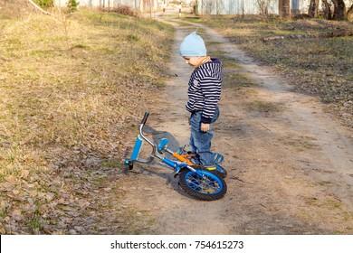 Young man riding a mountain bike through the woods