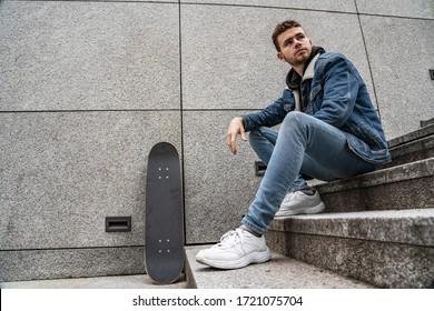 Junge Mann mit Skateboard auf Treppe