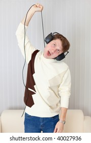 The young man smothers itself a wire from stereo-ear-phones
