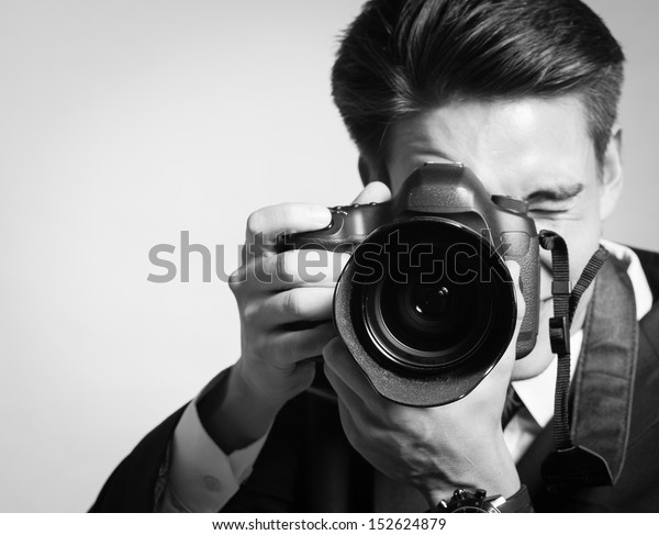 młody człowiek za pomocą a profesjonalny kamery