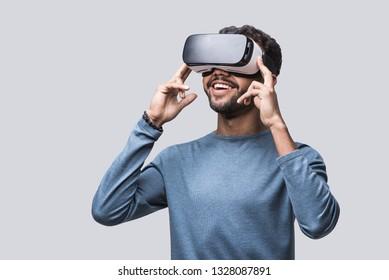 バーチャルリアリティヘッドセットを使う青年。VR,未来,ガジェット,テクノロジーのコンセプト