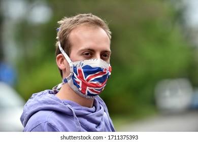 Junge Menschen mit einem DIY-Femask, der als britische Flagge für den Schutz gegen Koronavirus konzipiert wurde.
