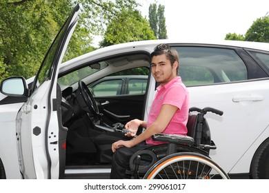 jeune homme en fauteuil roulant