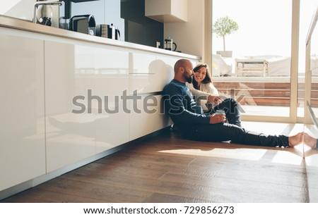 Fußboden Modern Talking ~ Young man woman sitting on floor stockfoto jetzt bearbeiten