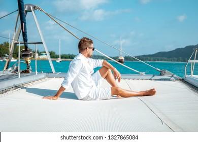 jóvenes de vacaciones en velero en la isla tropical de las Seychelles