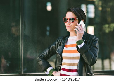 Junge Jahrtausendweibliche hat ihr Handy zu ihrem Ohr hören - City - Serielles Gesicht - Tag