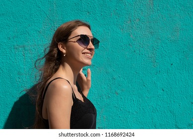 young model wearing sunglasses on the street