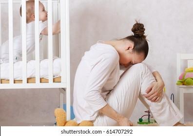 Junge Mutter zwischen 30 und 40 Jahren leidet unter postnataler Depression.