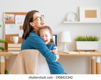 Junge Mutter mit Kind, die am Computer arbeitet. Familie zu Hause. Remote-Arbeit.