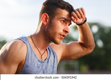 Junge Muskelschweiß nach dem Training draußen am sonnigen Tag