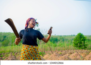 a young Nigerian woman working on farm was shocked by what she saw on her smartphone