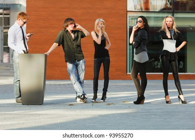 Young people calling on the mobile phones