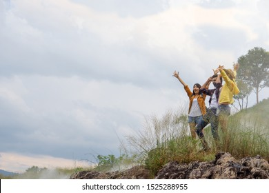 Young people, friends showed up so they were happy when the climb. The atmosphere surrounding the refreshing mist faded