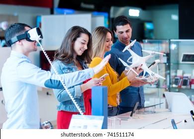 junge Leute, die Spaß beim Testen haben und die neueste Elektronik kaufen. Einkaufen