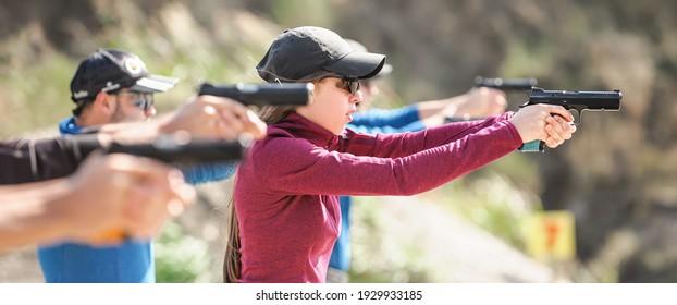 Junge Menschen, die taktische Übungen mit Schusswaffen absolvieren. Shooting und Waffen. Schiebebereich im Freien