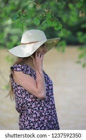 Young and pretty woman who is calling with her smartphone in a park