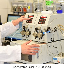 A young researcher conducts research using modular HPLC.