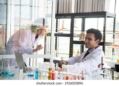 Junge Wissenschaftler oder Forscher, die chemische Forschung im Labor betreiben. Wissenschaftler, die an Computer- und Laborgeräten arbeiten.
