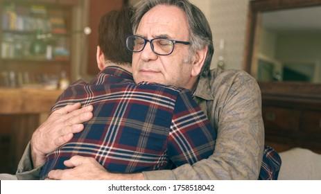 Der junge Sohn umarmt seinen Vater mit Liebe