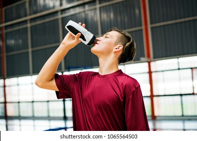 Young sporty man drinking sporty drink or water
