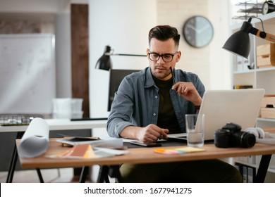 Junge gestresste gut aussehende Geschäftsleute, die im Büro arbeiteten. Wütender Geschäftsmann mit zu viel Arbeit im Amt.