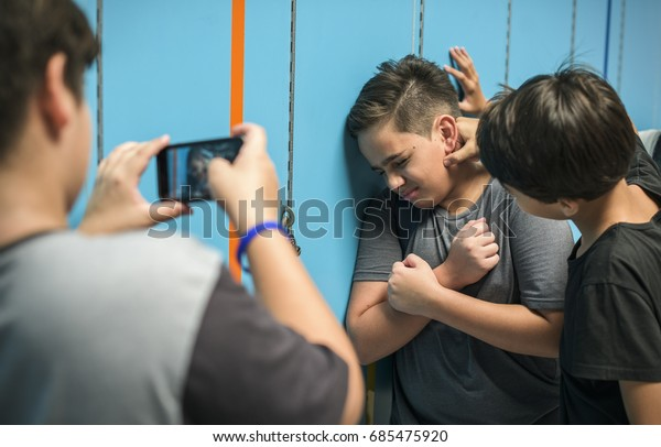 Giovane studente torturare di bullismo scolastico