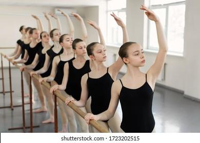 Ballerinas für junge Schüler in der Choreografieklasse der Ballettschulen