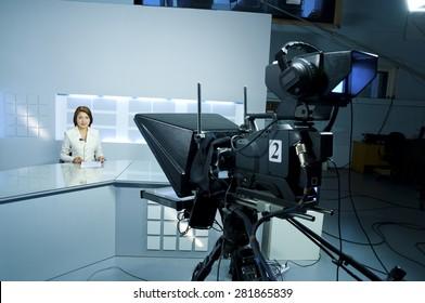junger Fernsehsprecher im Studio während der Live-Übertragung