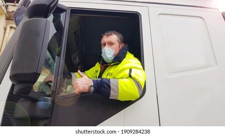 Jungtransporter mit Gesichtsmaske und Schutzhandschuhen für Coronavirus