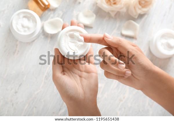 ボディークリームを塗る若い女性の接写