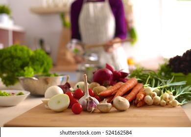 Junge Frau Kochen in der Küche. Gesunde Lebensmittel