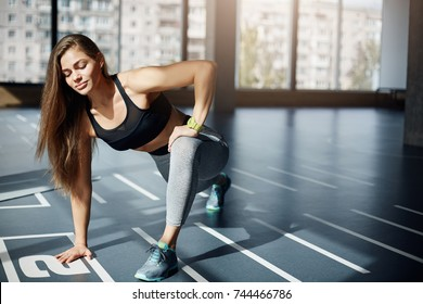 Young woman doing climbers looking concentrated on her bodyweight. Fitness concept.