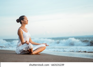Junge Frau, die Yoga im Freien macht