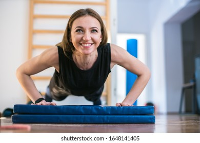 junge Frau, die im Fitnessraum trainiert