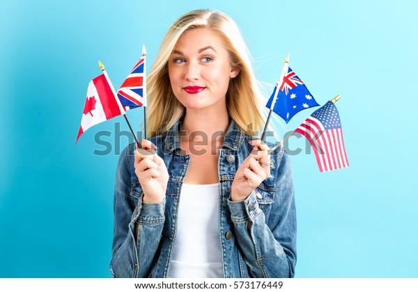 Joven con banderas de países de habla inglesa