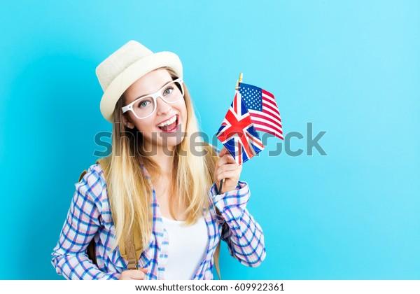 Молодая женщина с флагами англоязычных стран