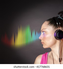 Young woman listening to headphones/Listening to music
