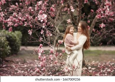 Jeune femme aux cheveux longs et beaux et bébé.