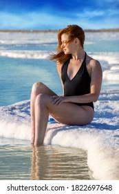 Junge Frau auf dem Toten Meer, Israel. Ein Bokek
