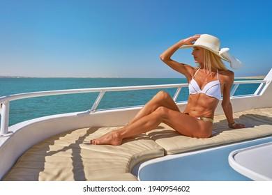 Junge Frau auf Deck eines Schiffes im offenen Meer bei sonniger Sommersonntags