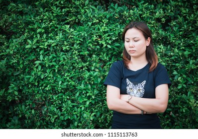 young woman portrait for green backgrunt
